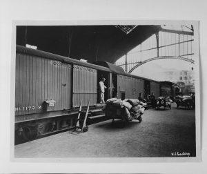 Se esta peça falasse mês abril 2017 - Fotografia da Coleção Francisco Santos Cordeiro (1897 - ?), retratando a descarga de malas de correio do Sud-Express, na Estação do Rossio em Lisboa.